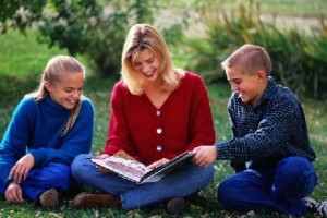 Motherreadingtochildren
